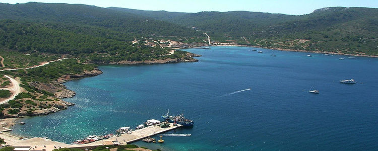 Стоянка яхт на острове Кабрера. Балеары. Испания