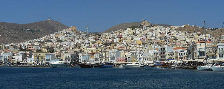 Стоянка яхт у набережной в Эрмуполисе на острове Сирос