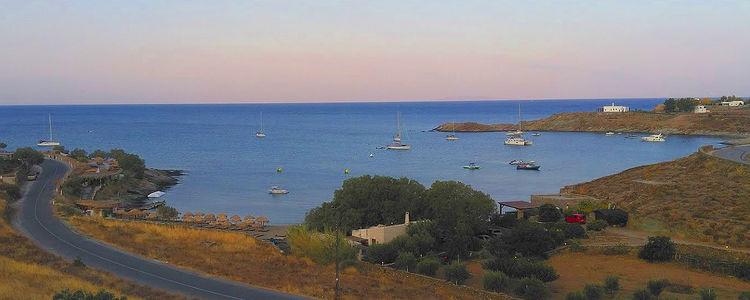 Яхты на якорях в бухте Кавия. Остров Кея. Киклады. Греция