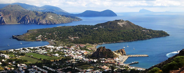 Яхты у острова Вулкано. Липарские острова. Италия.